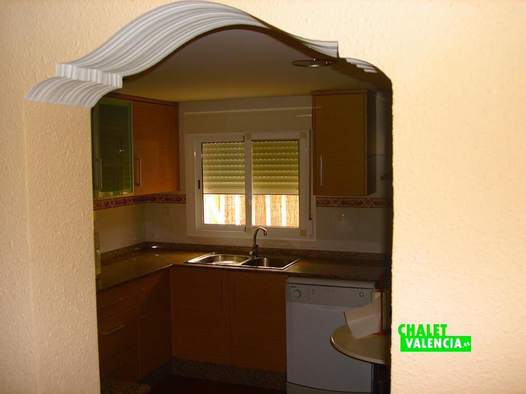 32973-cocina-entrada-chalet-valencia