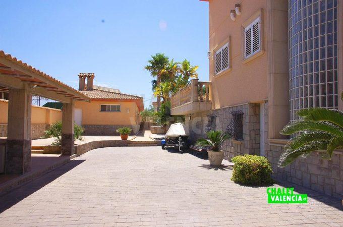 37931-entrada-lateral-terraza-chalet-valencia