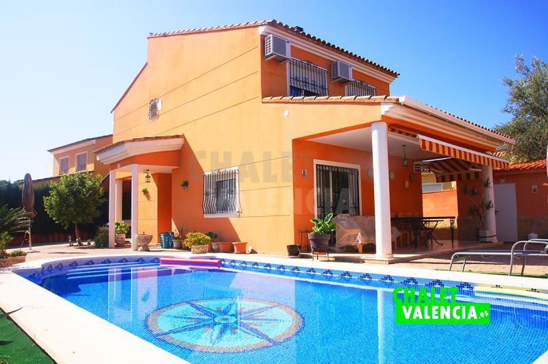 Chalet con piscina para entrar a vivir Valencia barato