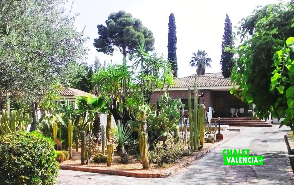 41282-entrada-jardin-chalet-valencia