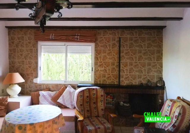 42187-salon-comedor-chimenea-turis-chalet-valencia