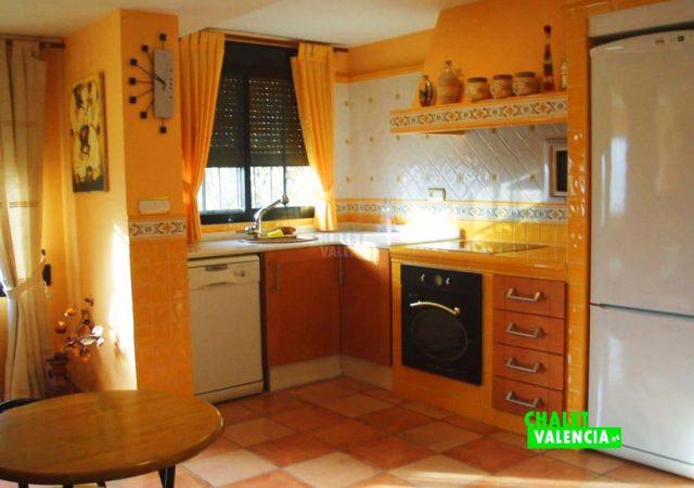 44583-cocina-grande-calicanto-chalet-valencia