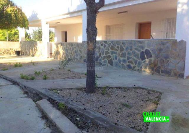 44925-entrada-terraza-chiva-chalet-valencia