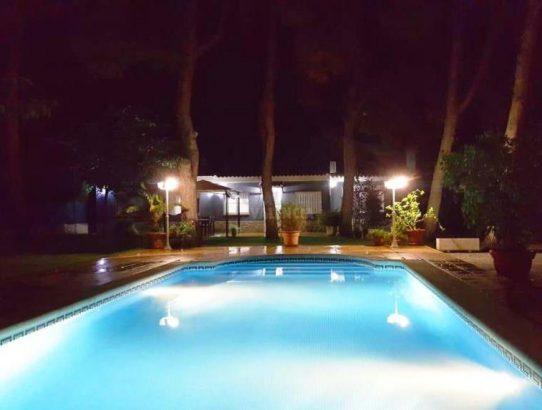Foto piscina noche chalet Serra
