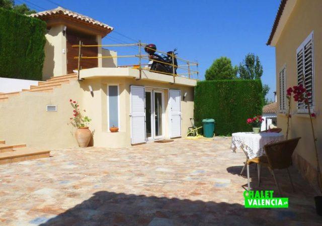 45776-entrada-calle-terraza-chalet-valencia