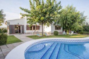 Chalet reformado con piscina moderna