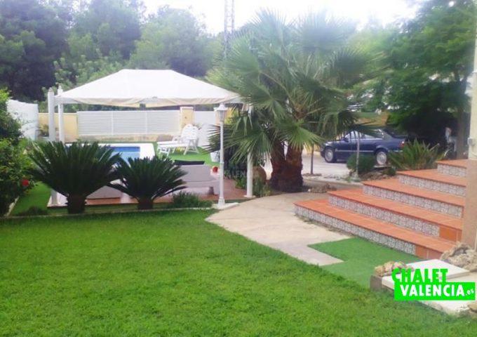 50074-jardin-piscina-entrada-chalet-valencia