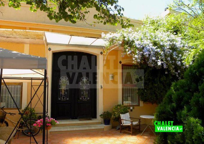 50820-entrada-casa-restaurada-chalet-valencia