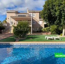 Large villa in private urbanization 20 minutes from Valencia
