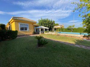Chalet con piscina en urbanización La Sima